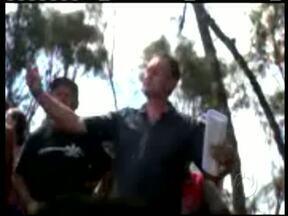 Sargento da Polícia Militar é filmado falando sobre lotes de uma área invadida - Foi em Araucária. O terreno é particular e foi desocupado ontem pela PM.