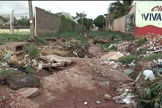 Moradores reclamam da falta de estrutura no Maiobão - Esgotos estourados e ruas destruídas pelos buracos são apenas alguns dos problemas do bairro, o mais populoso de Paço do Lumiar.