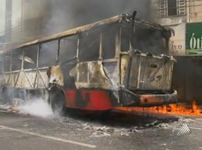 Fornecimento de energia em Feira de Santana é normalizado após incêndio - Falta de luz foi provocada por um ônibus que pegou fogo em uma das principais avenidas na cidade. outro incêndio também atingiu fábrica de móveis e estofados.