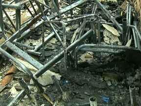 Incêndio em escola no Gama pode ter sido criminoso - O Centro de Ensino Oito do Gama pegou fogo nesta quinta-feira (21). A direção da escola suspeita de incêndio criminoso porque a fiação elétrica é nova e dois pavilhões de lados opostos foram queimados.