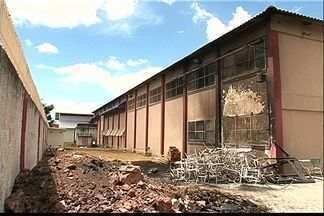 Alunos ficam feridos após tumulto em incêndio em escola no ES - Chamas atingiram três salas da Escola João Paulo II, na Serra.Os próprios funcionários disseram que apagaram o fogo.