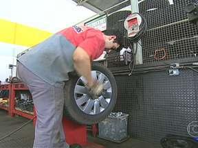 Saiba como cuidar corretamente das rodas dos carros - Em casos de freadas bruscas, há perda de borracha da roda. O balanceamento não é o mais indicado. Lama e concreto podem ser solucionados com uma lavagem das rodas.