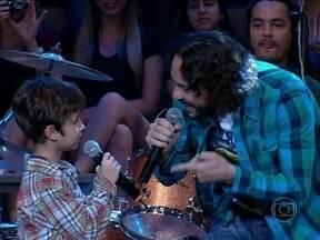 Gabriel O Pensador canta com seu filho Davi no Altas Horas - Cantor e seu filho fazem parceria em 'Isso aqui é família'