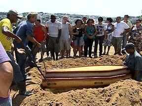 Dona de casa baleada na Ilha do Governador é enterrada - O enterro é Cemitério do Cacuia. Marinete Lima, de 64 anos, conversava com um vizinho quando foi baleada. A Polícia Militar informou que os tiros partiram de bandidos, que dispararam ao verem os policiais.