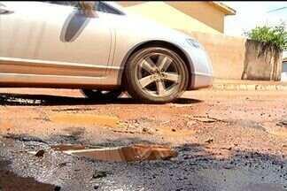 Moradores reclamam dos buracos nas ruas de cidades do sudoeste goiano - Os buracos no asfalto têm causado problemas em muitas cidades do interior, eles também incomodam e preocupam os moradores.