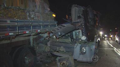 Caminhão caçamba atinge outro carregado de papelão em Igarassu - Motorista contou que tinha parado na pista da direita para tomar um medicamento quando foi atingido pela caçamba e acabou acertando também um carro.