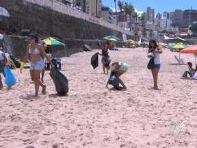 Grupo de jovens faz mutirão de limpeza na praia do Farol da Barra - No local, alguns banhistas e vendedores também se preocupam em manter a limpeza da praia.