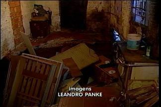 Uma cratera engoliu móveis de uma casa em Passo Fundo - Rede de esgoto que se rompeu fez com que o piso cedesse e um dos moradores ficasse ferido