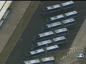 Barcas, trens e metrô vão reforçar suas frotas - A Secretaria Municipal de Transportes informa que está monitorando a greve dos rodoviários. No Terminal Alvorada, há ônibus parados. O BRT também está com a frota reduzida.