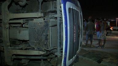 Acidente com carreta causa congestionamento na Avenida Raul Barbosa, em Fortaleza - Durante 11h, o acidente atrapalhou a vida de quem precisava passar pelo local.