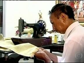 Guarda-roupa do próximo Papa já está quase pronto - O alfaiate colombiano Luis Delgado trabalha sem descanso. Ele usa tecido italiano, de alta qualidade. A capa vermelha e a faixa já foram enviadas para o Vaticano.