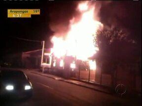 Incêndios destroem casa e barraca de cachorro-quente no Paraná - Incêndios destroem casa e barraca de cachorro-quente no Paraná