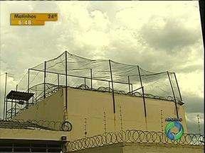 Telas são instaladas para evitar entrada de celular dentro de presídio em Londrina - Policiais improvisam meios para evitar que presos consigam aparelhos celulares.