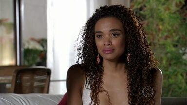 Sheila conta o que sabe para Helô - A delegada liga para Ricardo e pede para Lucimar não comentar o assunto com ninguém