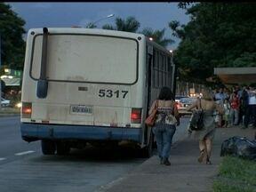 Moradores da Asa Sul reclamam dos motoristas de ônibus - De acordo com os moradores, os motoristas usam a pista de desembarque da parada do fim do Eixinho como estacionamento, atrapalhando os passageiros. O DFTrans informou que vai verificar a situação.