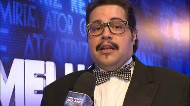 Tiago Abravanel explica look com gravata borboleta: 'Tem que ter estilo' - Vencedor do prêmio de Ator revelação dá entrevista antes de ir ao palco