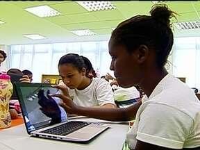 Tecnologia invade sala de aula da Rocinha e muda processo de aprendizado - Num mundo cada vez mais conectado, os alunos usam computadores, celulares e tablets para auxiliar o aumento da qualidade da aprendizagem.