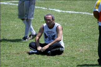 'Tiozinho' senta na marca do pênalti e impede cobrança na A3 do Paulistão - No jogo entre São Vicente e Novorizontino, dirigente dos calungas interrompeu partida por 20 minutos
