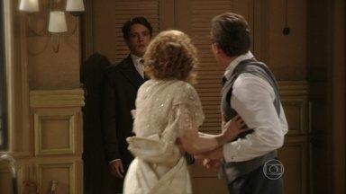 Albertinho flagra Constância com Umberto - Ele a chama de vulgar, se revolta, e diz que ela não é mais sua mãe. Antes de sair, a agradece por agora ele se sentir livre e avisa que vai sair de casa