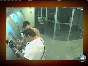 Criminosos têm novo golpe para roubar caixas eletrônicos - A polícia investiga um novo golpe contra os caixas eletrônicos dos bancos. Agora os criminosos roubam em plena luz do dia, sem armas de fogo e nem explosivos. Câmeras de segurança flagraram o crime.