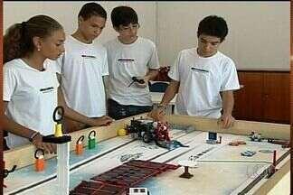 Estudantes goianos participam de campeonato de robótica, em Brasília - Cinco estudantes de Catalão vão participar, neste fim de semana, de um campeonato de robótica, em Brasília. Eles desenvolveram um pequeno robô que simula ações que podem ajudar idosos nas tarefas de casa.