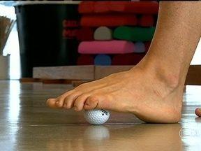 Idosos devem fazer exercitar o dedão e o arco do pé - A falta de pressão do dedão no final do passo agrava o desequilíbrio, muito comum nas pessoas mais velhas. Uma bolinha dura trabalha a força dos músculos do pé.