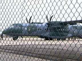 Doze suspeitos da morte de policiais são transferidos para prisão federal - Alguns deles já estavam presos na época dos crimes, mas teriam comandado as ações de dentro da cadeia. Na manhã desta sexta-feira (8), os detentos embarcaram em um avião da FAB para a Penitenciária Federal de Porto Velho, em Rondônia.