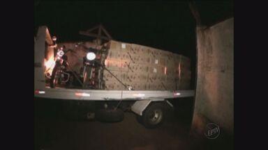 Polícia de Barretos, SP, apreende 160 mil maços de cigarro contrabandeados - Carga estava em caminhão. Quatro homens foram autuados.
