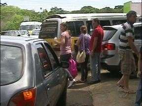 Falta fiscalização de trânsito em frente às escolas de Foz do Iguaçu - Motoristas desrespeitam as leis na saída dos alunos das escolas de Foz. Sinalização ainda é precária.