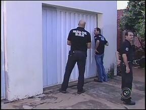 Policiais prendem 14 pessoas ligadas ao tráfico de drogas no interior de SP - Uma operação da Polícia Civil na região de Araçatuba (SP) prendeu 14 pessoas na manhã desta sexta-feira (8).