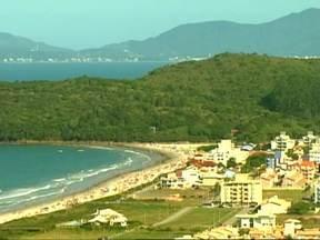 Cidade catarinense tem vilas de pescadores e golfinhos - Governador Celso Ramos tem 14 vilarejos de pescadores banhados pelo mar. Na alta temporada, a proporção é de dois turistas para cada nativo. Com sorte, os turistas podem assistir os golfinhos, que aparecem entre outubro e fevereiro.