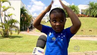 Sem treino com bola, Mini Borges rouba cena no treino do Cruzeiro - Em um dia de treinamento físico, um garotinho parecido com o atacante Borges, do Cruzeiro, chamou a atenção