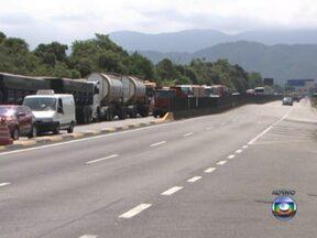Caminhões carregados de soja e milho estão parados nas estradas - O porto de Santos trabalha acima da capacidade e o trânsito na rodovia que vai para Guarujá chegou a 22 km. No sul do Mato Grosso, a fila na BR-364 chegou a 40 km.