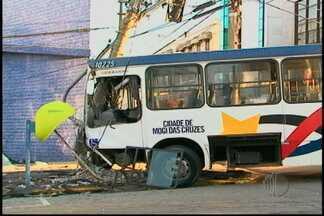 Motoristas envolvidos em acidente prestam depoimento em Mogi das Cruzes - Dois motoristas de ônibus que se envolveram em acidente nesta terça-feira ( 5), prestam depoimento em Mogi das Cruzes. Com a colisão um cobrador morreu em um dos veículos e quatro pessoas ficaram feridas.