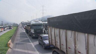 Rodovia Cônego Domênico Rangoni vive mais um dia de congestionamentos - A rodovia Cônego Domênico Rangoni viveu mais um dia de congestionamentos nesta sexta-feira (8), na altura de Guarujá, no litoral de São Paulo. Os caminhoneiros são os mais prejudicados.