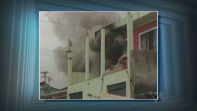 Incêndio atinge casa em São Vicente, SP - Um incêndio atingiu uma casa no bairro Catiapoã nesta sexta-feira (8), em São Vicente, no litoral de São Paulo. O fogo durou cerca de 40 minutos. Ninguém ficou ferido.