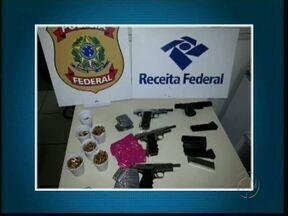 Traficantes usam ônibus de linha para transportar armas, drogas e munição - A Receita Federal e a Polícia Federal fizeram apreensões no posto de fiscalização Bom Jesus, em Medianeira.