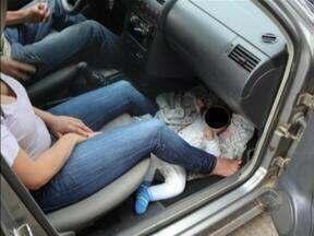Polícia flagra bebê sendo transportado em chão de automóvel - Polícia flagra bebê sendo transportado em chão de automóvel.