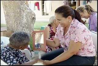 Voluntários homenageiam idosas do Lar das Velhinhas em Montes Claros - Grupo dedicou parte do dia para cuidar da beleza das internas.