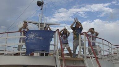 Torcedores embarcam para gravação do DVD do Caprichoso em Parintins, no AM - A 'Caravana Azulada' leva mais de 600 torcedores para a Ilha Tupinambarana.