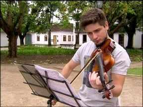 Passou o chapéu! Daniel Rocha toca violino em praça e atrai plateia de fãs - Ator aprendeu o instrumento aos cinco anos e já participou de orquestras infantis