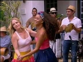 Juliana Alves e Angélica entram em roda de ciranda em Paraty - Atriz passeia por Paraty e revela sonho secreto de Carnaval: 'Sempre sonhei em ser porta-bandeira'