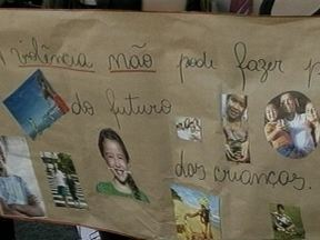 Professoras, pais e alunos de escola protestam contra a violência em Pelotas, RS - Assaltos ocorrem durante o dia e a noite, dentro e fora da instituição.