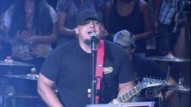 Raimundos toca música em homenagem a Chorão - Banda se apresenta com o sucesso 'Proibida pra mim'