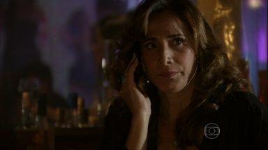 Wanda não se sente segura na boate e decide dormir no hotel - Lívia conta para a comparsa o que descobriu no escritório de Stenio e garante que não é a autora das ameaças anônimas