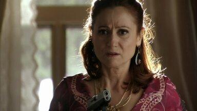 Berna se prepara para se encontrar com Wanda - A esposa de Mustafa abre sua gaveta e pega um revólver