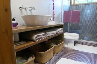 Veja dicas para decorar quarto, banheiro e cozinha em uma casa de praia - Por ser um local que não se vai sempre, a decoração da casa de praia pode ser colorida e cheia de detalhes. Misturar cores nas paredes dos quartos é uma boa solução.