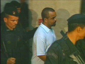 Fernandinho Beira-Mar é julgado no Rio de Janeiro - Ele é acusado de orquestrar a morte de Antônio Alexandre Vieira Nunes, Edinei Thomaz Santos e Adaílton Cardoso de Lima, de dentro da penitenciária Bangu 1, onde estava preso em 2002. Apenas o terceiro sobreviveu.