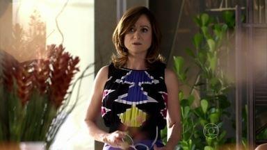 Berna vê Lívia e Wanda juntas - A esposa de Mustafa se esconde e vai embora para casa. Tensa, ela liga para Lívia e marca um encontro