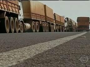Centenas de caminhões aguardam para descarregar no terminal de Itiquira (MT) - O terminal do sul do estado está lotado e longas filas se estendem pelas estradas. Quase mil caminhões estão parados no mesmo lugar há horas. Falta estrutura para atender as necessidades básicas dos caminhoneiros.